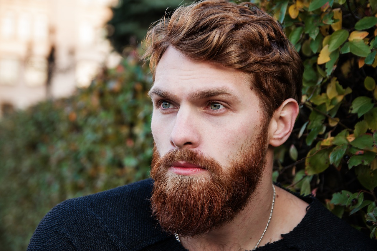 homme hipster avec une barbe rousse
